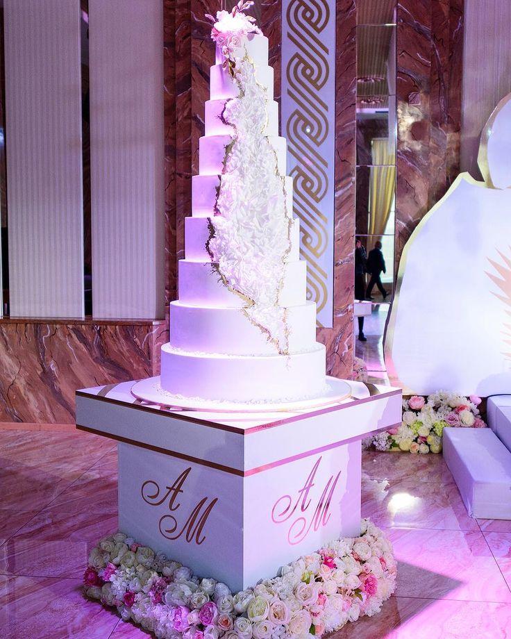 Персонализированные объекты декора вносят особый изюм в оформление. Мы любим уделять внимание красивым деталям. Стол для торта был специально создан для свадьбы Агарона и Марии. ________ Концепция и стиль @olga_eventdecor Фотограф @profitfoto