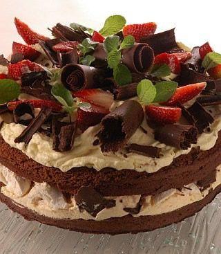 Torta de chocolate, merengue y frutillas
