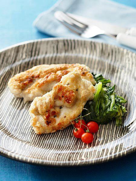 鶏の胸肉をハーブを使ったソースでいただく、ごちそうレシピ。春菊に含まれるファイトケミカルは、体内の炎症を抑える働きがあり、花粉症やアレルギーに効果大なのでたっぷり食べたい。|『ELLE a table』はおしゃれで簡単なレシピが満載!