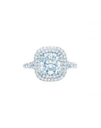 Tiffany, la bague Soleste est formée d'un diamant taille coussin et encerclé de deux rangs de diamants sur platin