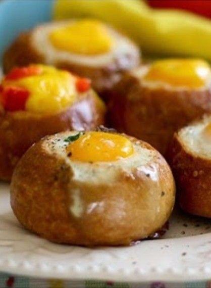 Γεμιστά ψωμάκια στο φούρνο με αυγά
