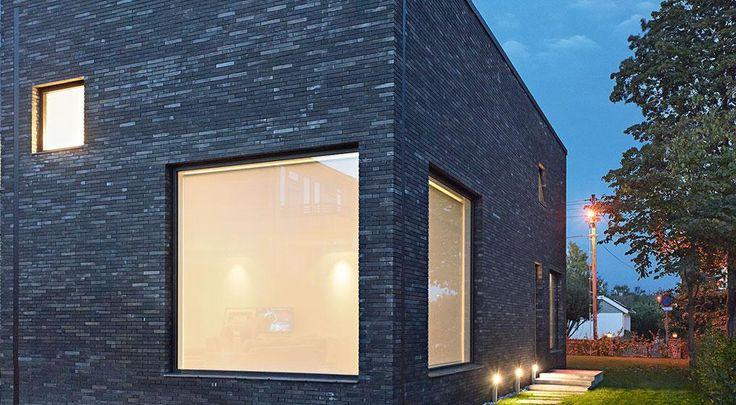 Villa WOT: Fugen er reduceret til et minimum og understreger dermed husets massive karakter.  Af hensyn til omkringliggende bygninger har huset fået et meget simpelt formsprog .   Arkitekten har valgt en mursten, som er en dæmpet og massiv sten solidt forankret i terrænet . For at understrege boligens massive karakter vælger arkitekten et udtryk med en usædvanlig lav fugehøjde og tilbagetrukne fuger. Dette giver indtryk af en stablet murstensfacade.