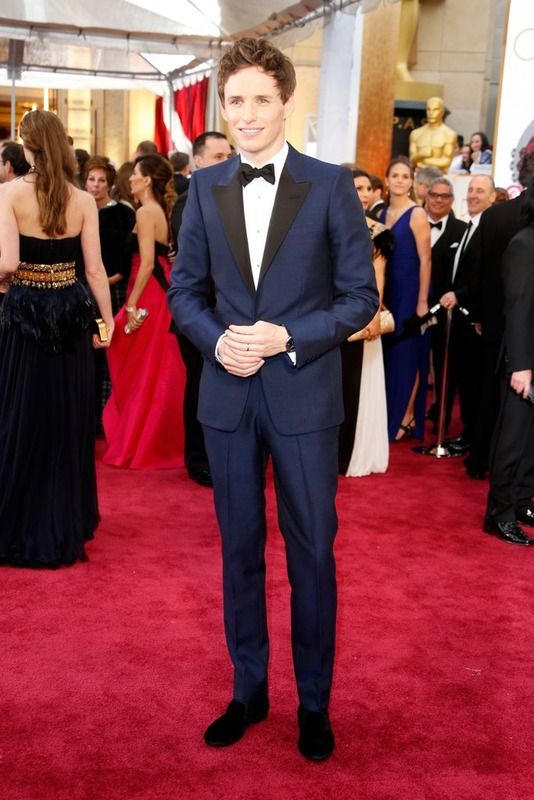 Edie Redmaine, nominado Mejor Actor Principal, optó por un 'tuxedo' azul marino.