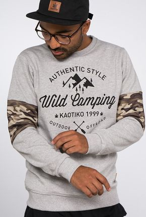Sudadera hombre tipo crew en algodón color gris vigoré. Print posicional delantero 'Wild Camp', detalle de franja en manga en camo print.