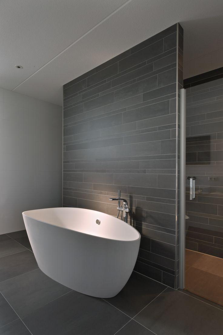 Design bathroom    Dit comfortabele bad komt van Detremmerie. De donkere tegels zijn van Mosa.   #badkamer #bathroom #badkuip #bath #Detremmerie #tegels #Mosa #badkamerinspiratie #bathroominspiration #wellness #design