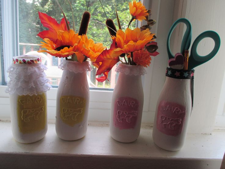 DIY Chalkboard Milk Bottle Vase/Pencil Holder. http://katiejoannas.blogspot.com/2015/08/make-it-monday-diy-jar-chalkboard.html