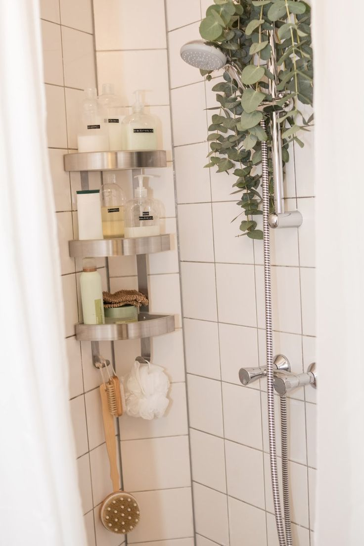 Our neutral Scandinavian bathroom with soft tones and natural materials. By EverythingElze