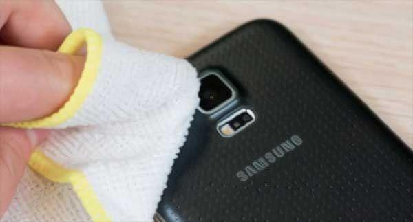 HP sekarang dilengkapi lensa dengan resolusi tinggi yang memuaskan penyuka selfie, namun banyak yang tidak tahu cara membersihkan lensa kamera HP dengan be