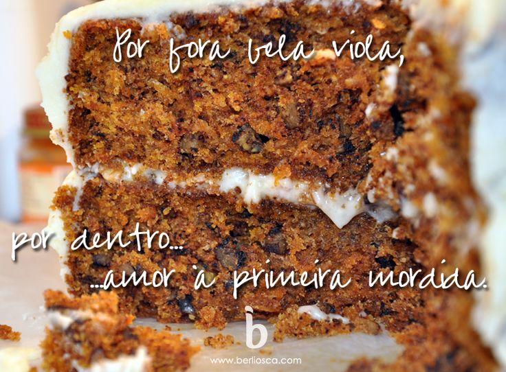 Bolo de Cenoura Norte-Americano 1 xícara (100 gramas) pecans ou nozes assadas e picadas 2 1/2 xícaras (340 gramas) de cenouras raladas cruas 2 xícaras (260 gramas) farinha de trigo 1 colher de chá de bicarbonato de sódio 1 1/2 colheres de chá de fermento em pó 1/2 colher de chá de sal 1 1/2 colheres de chá de canela em pó Dica da Chris: Eu também coloco 1 colher de chá de noz-moscada ralada 4 ovos grandes 1 1/2 xícaras (300 gramas) açúcar 1 copo (240 ml) de óleo de canola (ou outro óleo sem…