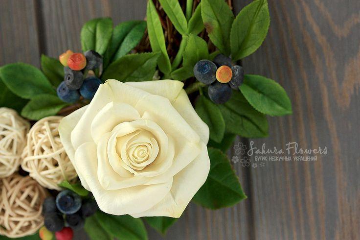"""Таша Таймер Венок интерьерный с розами и черникой """"Изобилие"""" - это великолепные белые розы и веточки черники на веночке из виноградной лозы. #цветыручнойработы #ЯрмаркаМастеров #ручнаяработа #Венок #интерьер #роза #черника #Изобилие #Handmade #wreath #roses #blueberry #eucaliptus #coldporselian #clay #flowers #холодныйфарфор"""