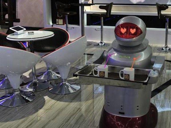 (117) - Futuro 1 - El mes pasado abrió sus puertas en Shenzhen, China, un hotel cuyo staff está exclusivamente compuesto por robots; y una empresa polaca reveló planes para construir un hotel de 21 pisos subacuático, que permite que los huéspedes duerman entre los peces en Dubai.