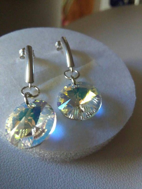 Orecchini con perno in argento 925. I rivoli Swarovski da 12mm nel colore Crystal Aurora Boreale donano agli orecchini lucentezza e brillantezza.