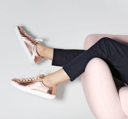 In a friday kind of mood 💕 @nakedcph 😎  #sofakompagniet #sofa #herman #boligindretning #danskdesign #danishdesign #scandinaviandesign #boliginspiration #metallic #snickers #nakedcph #puma