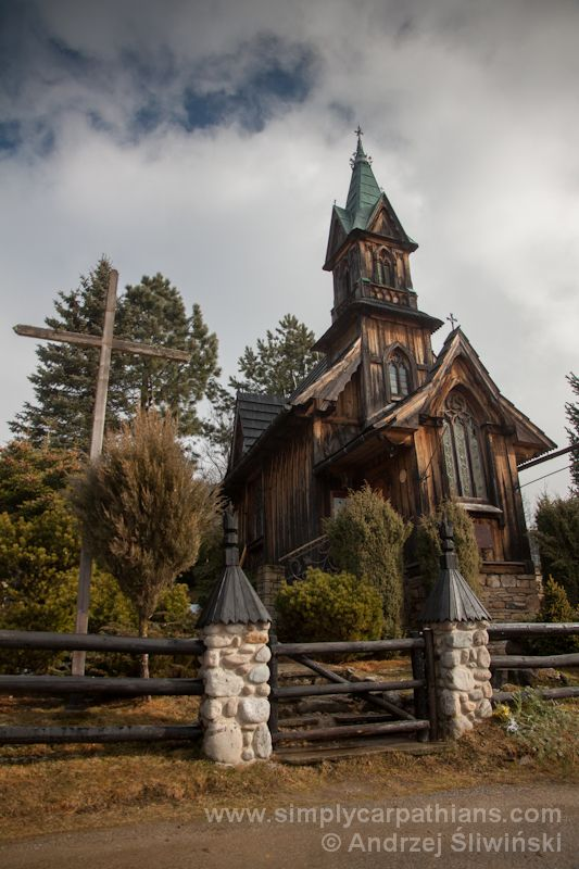 Architectural gem - chapel in Płazówka. The tiny church is located in a charming hamlet on the slopes of Gubalowka Range. Small but has a quite interesting story. #Poland  www.simplycarpathians.com