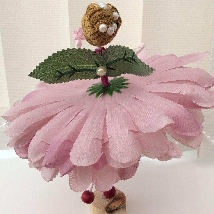 Athol meet!  Athol es un hada de la flor y ella lleva una blusa color frambuesa intenso que complementa muy bien la falda color rosa oscura. Athol lleva su cabello castaño dorado de barrido para arriba y lejos de su cara y ella la ha decorado con perlas. Sus alas son pétalos de rosa, que sugieren otra vez verano, G & T en el jardín de una noche y la puesta de sol, suavemente, sobre el horizonte. Athol es usar zapatos de coloreados frambuesas y...