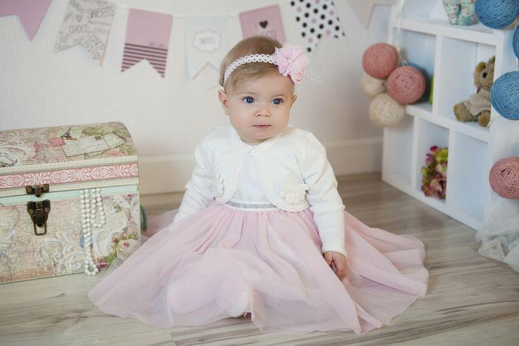Ubranko do chrztu dla dziewczynki Paulinka. Tiulowa sukienka z ozdobnym paseczkiem. Wszystko z dbałością o każdy szczegół.