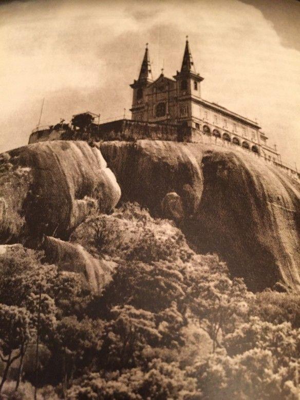 História das ruas do Rio de janeiro - Eis a linda igreja da Penha, marco arquitetônico do subúrbio carioca, no tempo que ainda reinava sozinha no penedo onde foi construída, no século XVII: linda!