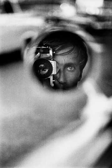 Jean Loup Sieff - Self-portrait - Jeanloup Sieff (30 novembre 1933 à Paris - 20 septembre 2000 à Paris) - Photographe français alternant au cours de sa carrière différentes approches de la photographie, entre mode, reportages ou portraits. Il est d'ailleurs reconnu pour ses portraits de personnalités politiques et du monde du spectacle, ainsi que pour ses nus et son utilisation des objectifs grand angle. Il a travaillé durant quatre décennies, et ce essentiellement en noir et blanc.