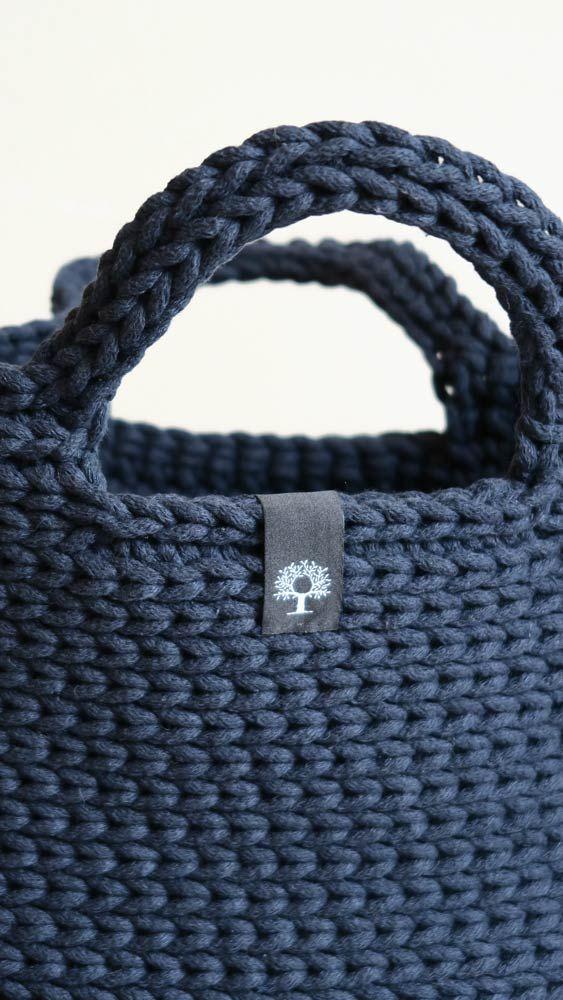 Duża, lekka, pojemna torba do ręki zrobiona ręcznie na szydełku z bawełnianego sznurka. #torba #rękodzieło #szydełkowane #naszydełku #szydełko #manufaktura #navy #granat #siedliskonawygonie #bag #crochet #crochetbag #handmade #diy #darkblue  #handmadebag