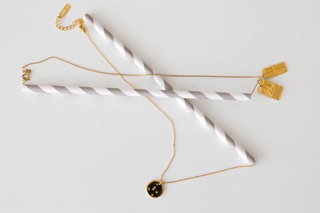 When packing jewelry, use a straw to keep delicate necklaces from tangling.  Genius!  // Hitha On The Go