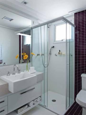 """Banheiro 1 – 2,93 m²: Quando iniciaram a atualização do banheiro deste apartamento, os arquitetos erika Linardi e Luiz Marcon, de São Caetano do Sul, SP, nem cogitaram mudar os itens de lugar. """"Como não ganharíamos espaço com isso, preferimos respeitar as prumadas do prédio"""", diz erika. eles elegeram materiais de tons neutros, pois o ambiente é compartilhado por um rapaz e uma moça."""