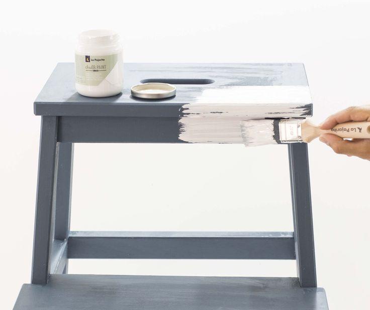 Decapado rápido #shabby con Chalk Paint. Capítulo 2. Una vez seca la primera capa de Cera Incolora, pinta una segunda capa por toda la superficie del mueble u objeto,con otro color más claro, por ejemplo, White Cotton. Una vez seco, pasa una lija fina o estropajo por las zonas donde aplicamos la cera. Así se eliminará con facilidad la segunda capa de pintura, consiguiendo el efecto Shabby-Decapado. Protege después con Cera o Barniz. #chalkpaint #sinimprimación #pinturatiza #ceraincolora…