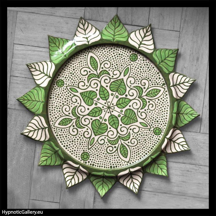 Ceramic platter with leaf motif. Ceramiczna patera z motywem liści.