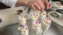 Billede af hvid chokoladeskum med blomsterpynt