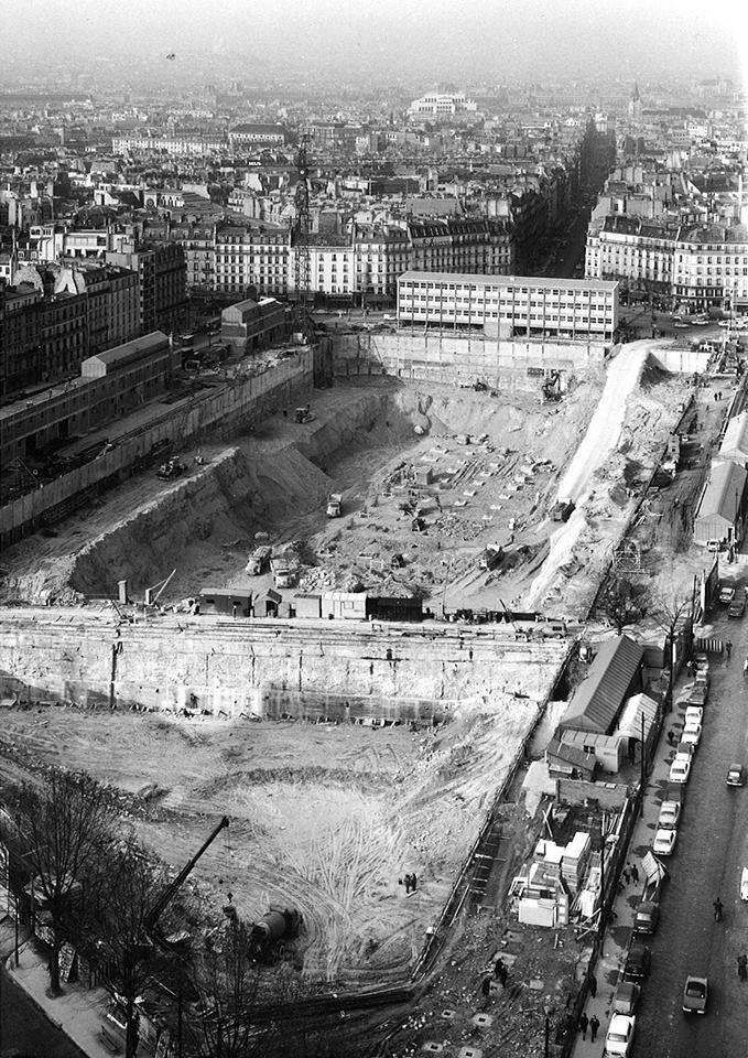 Le chantier de construction de la Tour Montparnasse en 1970, à l'emplacement de l'ancienne gare Montparnasse, face au débouché de la rue de Rennes.  Il reste encore un peu de travail, il est donc l'heure de vous lever...