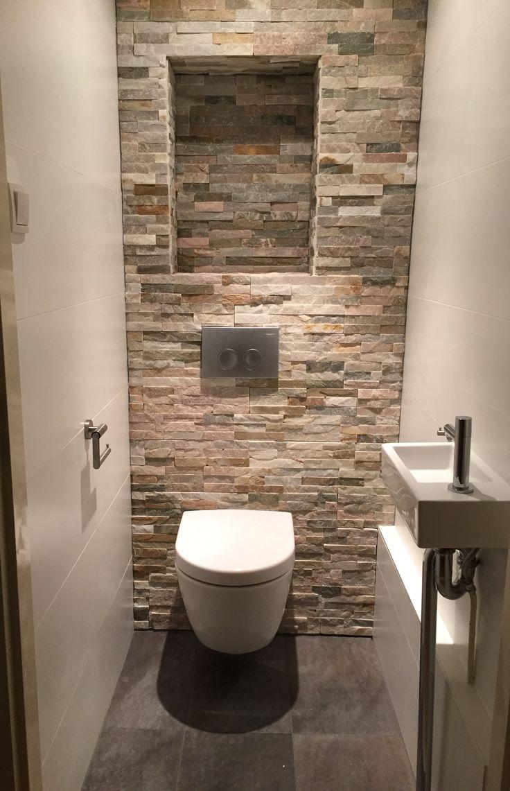 On adore ce mur en pierre, qui donne du cachet à cette pièce de la maison que les gens ont tendance à délaisser. Use a stone wall to boost your toilet room.