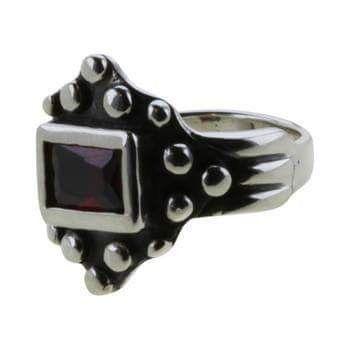 Ribe-ringen med granat sten: Sølv.: 300 kr. er i str. 54, 56, 58, 60. Originalen af denne ring er fundet ved en udgravning af Danmarksgade i Ribe. Originalen er fremstillet i en bly-legering.