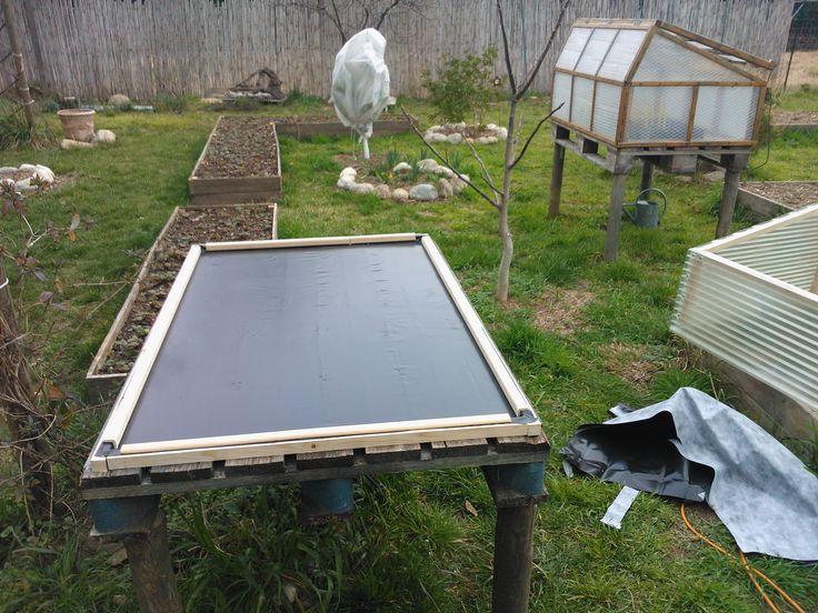 Fabrication d'une deuxième serre. La nappe sur le plancher, me servira à arroser les semis par capillarité.