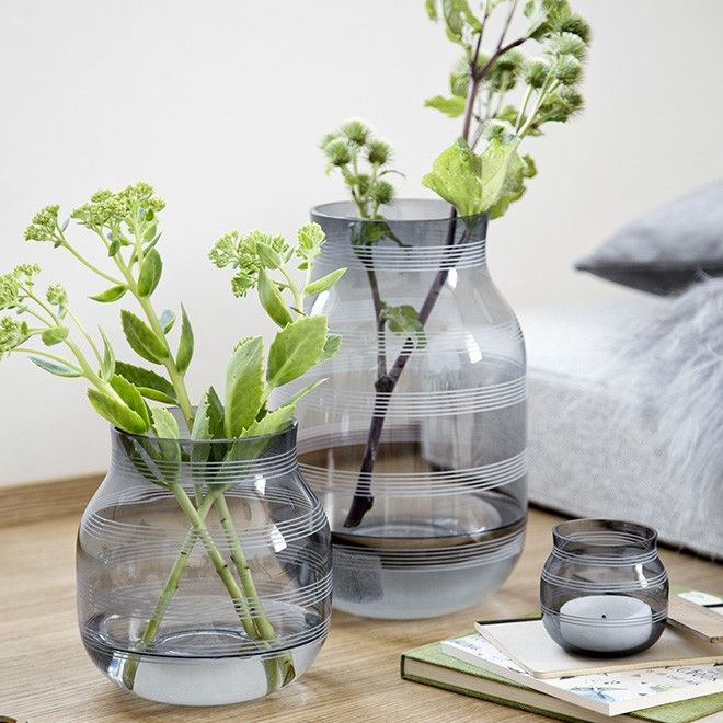 A large glass vase in Kähler's Omaggio range goes through a process, during which as many as 15 skilled craftsmen make sure that the design is just as it should be. The process guarantees you a beautiful design product of the best possible quality. Use the modern, gentle idiom of the steel Omaggio glass vase to decorate your dining table for cosy get-togethers.