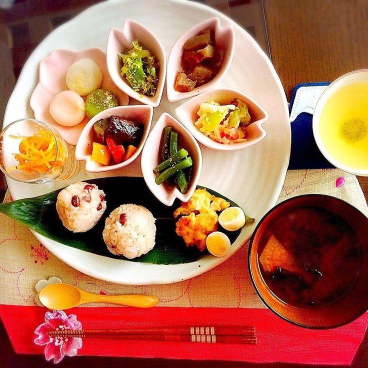 mokoさんのお料理さくらの季節にぴったり いろとりどりの食事で春を満喫 お赤飯おにぎり 三色白玉 さくら #snapdish #foodstagram #instafood #food #homemade #cooking #japanesefood #japan #sakura #lunch #料理 #手料理 #ごはん #テーブルコーディネート #器 #お洒落 #ていねいな暮らし #暮らし #ランチ #おにぎり #桜 #ワンプレート #和ンプレート #お花見 https://snapdish.co/d/qz8uua