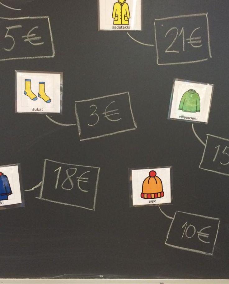 Pop-up syysvaatekauppa :) Kauppaan tultiin kolmen ryhmissä: yksi myy, toinen ostaa ja kolmas kirjaa ostot taululle. Kaikki pääsivät eri rooleihin. Vaatekuvat ovat papunetin kuvatyökalusta. (Näppituntuma - alkuopetuksen matematiikkaa toiminnallisesti / Kirsi Ropponen)