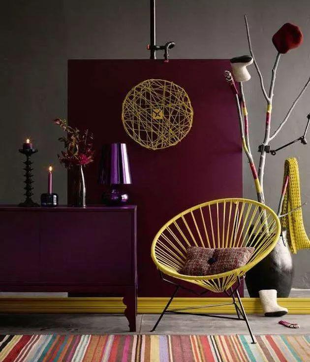Il fallait oser associer le fauteuil scoubidou Acapulco jaune moutarde à la peinture prune violette