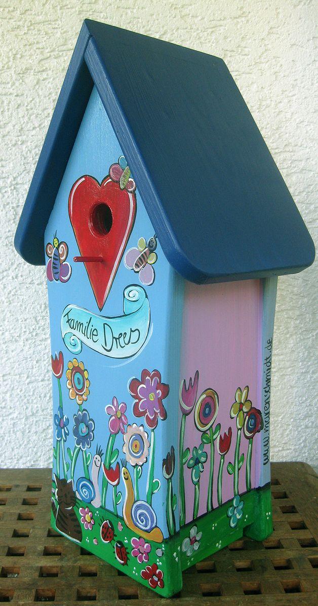 Familienvogelhauschen Personalisiertes Hauschen Mit Familiennamen Bunt Und Frohlich Bemalt Da Dekorative Vogelhauser Vogelhaus Selber Bauen Vogelhaus Bemalen
