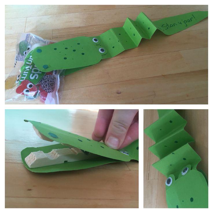 Vandaag kwam mijn zoontje thuis met deze schattige krokodil traktatie. Wat een super idee!  Kan ook als dino/vogel/eend..