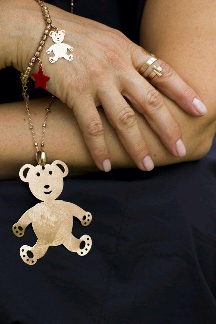 Collana con ciondolo a forma di orso. Anello con croci. Bracciali. Per info contattatemi su watsap.