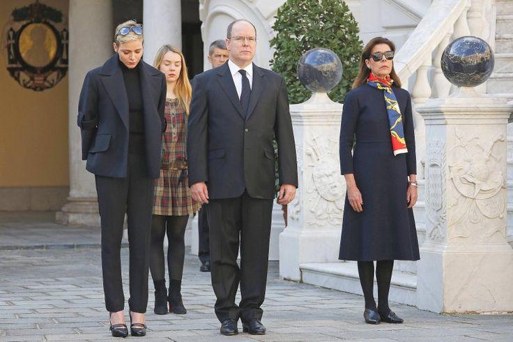 Prinz Albert II von Monaco gemeinsam mit seiner Schwester Prinzessin Caroline von Hannover, der trauernden Prinzessin Charlene von Monaco sowie Prinzessin Alexandra von Hannover.
