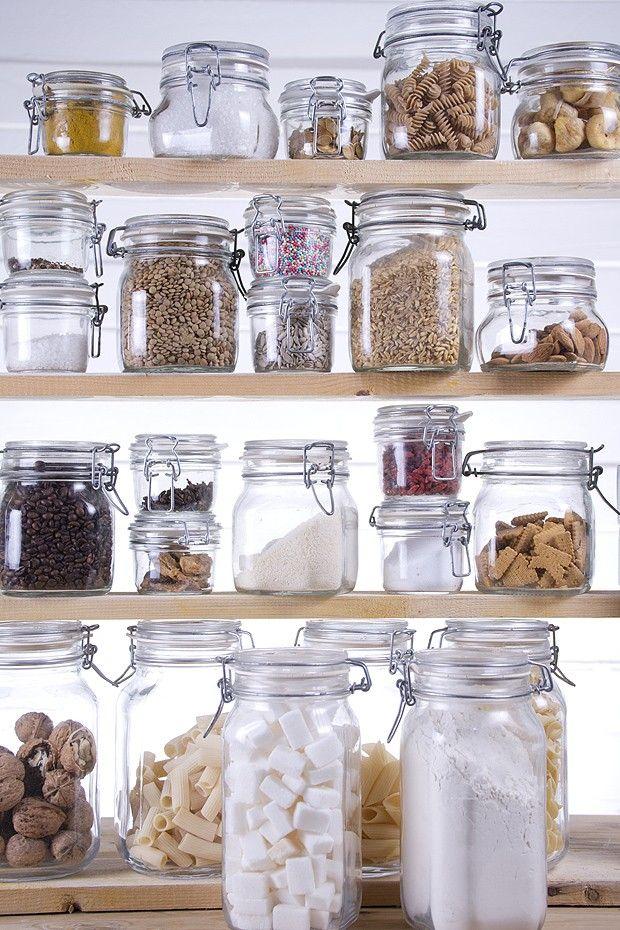 Se está difícil encontrar os alimentos que você precisa, é hora de fazer algumas mudanças. Veja dicas para deixar a despensa mais organizada e os produtos mais bem conservados
