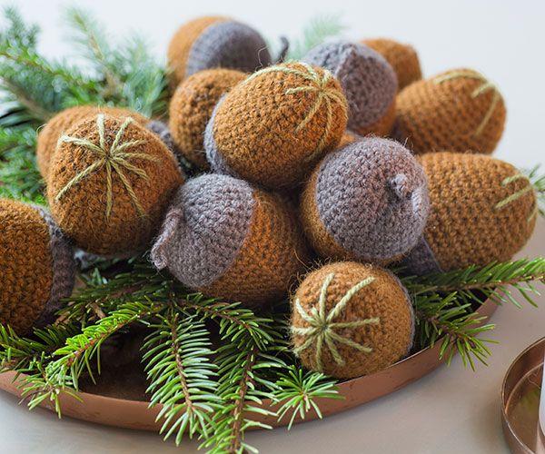 De smukke agern er sjove at hækle og fine at lægge som pynt i et fad med grankogler. Du kan også hænge agerne på juletræet eller bruge dem som pynt på julegaverne. Få den sjove hækleopskrift herunder.
