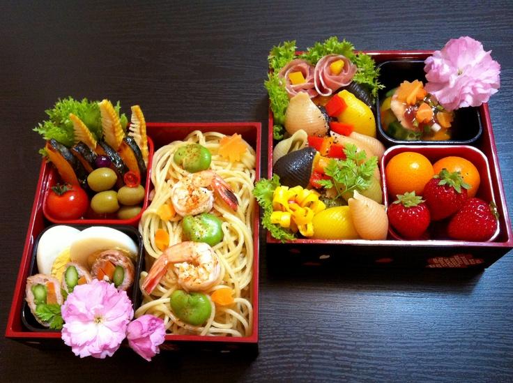 Erika's bento - Bento 2013 contest Grand Winner (Japan).  「春のいろどりパスタ弁当」  旬の食材を使用し、大人も子供も家族みんなで楽しみながら頂けるお弁当を心がけて作りました。スパゲティ部分は小川に流れる桜の花びら、コンキリエは野に芽吹いた草花をイメージして、日本の春の美しさを表現しました。