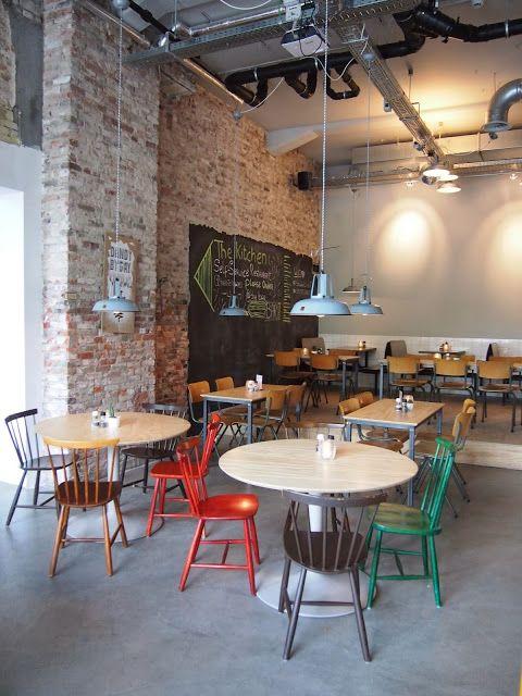 De betonnen vloer en de oude schoolstoelen (heb ik) - The Kitchen, Rotterdam Willem Ruyslaan 223/225