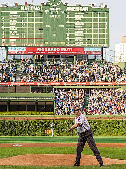 Muti on the diamond - ospite d'onore sul campo della squadra di baseball dei Cubs al Wrugley Field di Chicago. Muti, accompagnato dal campione dei Cubs, Adrian Cardenas, ha eseguito il «primo lancio», una tradizione americana vecchia di oltre un secolo, durante la quale un ospite di rilievo lancia la «prima palla», sancendo la fine del riscaldamento e l'inizio della partita. Il Maestro italiano, nonostante fosse alla sua prima esperienza su un campo da baseball, ha eseguito a quanto