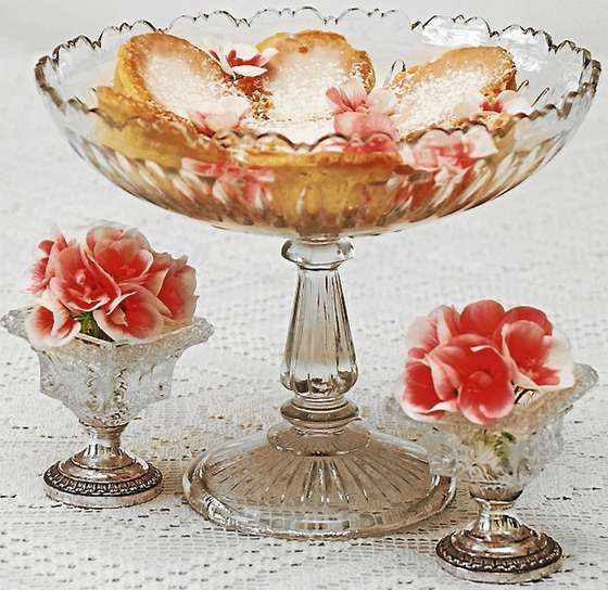 Pressglasskål med olivendekor og
