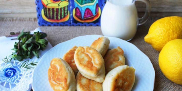 Жареные пирожки с творогом и мятой