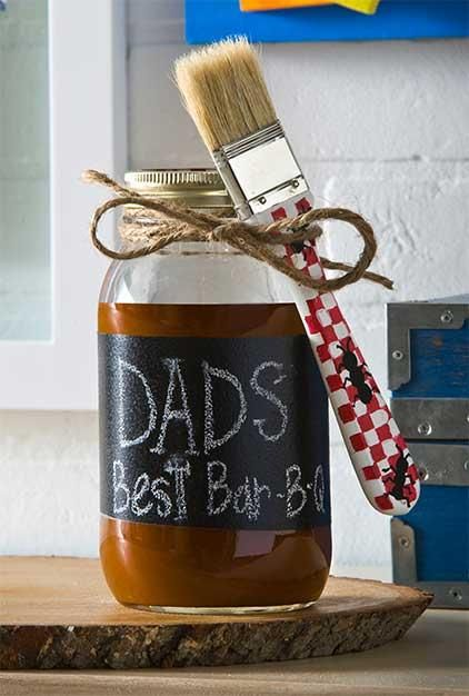 Father's Day BBQ Sauce Jar Gift idea for Dad! So cute with chalkboard paint #diy #fathersday