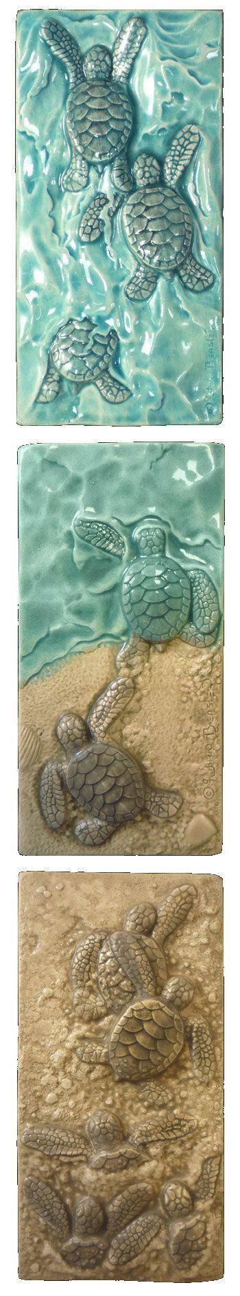 Baby Green Sea Turtles drieluik verkocht als set van drie afzonderlijke tegels alleen. Elke tegel is 3 inch 6 in. Elk heeft een holte in de rug voor gemakkelijke opknoping. Elke fase van hun geboorte is vertegenwoordigd, van het uitgraven van hun nest (iedereen uit!) om hen te lopen voor hun leven en het bereiken van de zee (ik Win!) om hun marathon zwemmen, (Body-Surfing).  Zeer gedetailleerde gebeeldhouwde tegel gemaakt van keramiek met behulp van een verscheidenheid van glazuren. Elke…