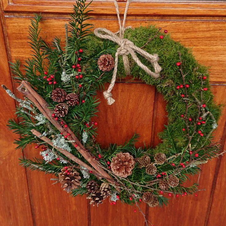Dørkrans jul advent mose kongler kanelstang kvist røde bær torner edelgran